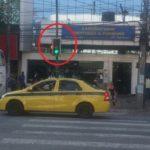 Absurdo! O sinal para pedestres na Três Rios está em posição errada e pode provocar acidentes graves.